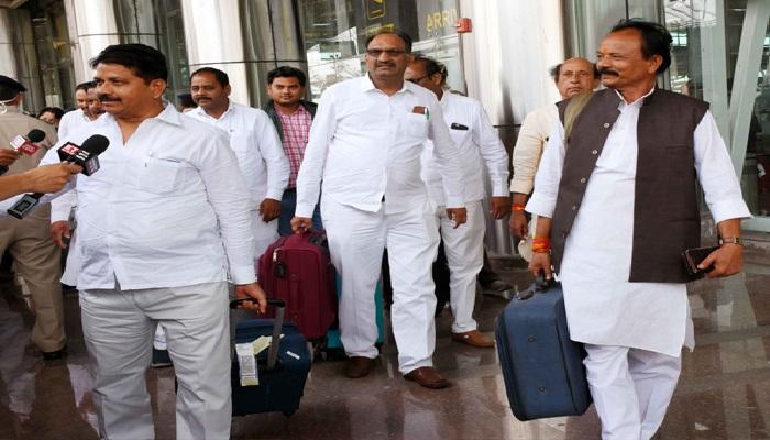 जयपुर खरीद फरोख्त की आशंका के बीच कांग्रेस के 80 विधायक पहुंचे जयपुर अंतरराष्ट्रीय हवाई अड्डे