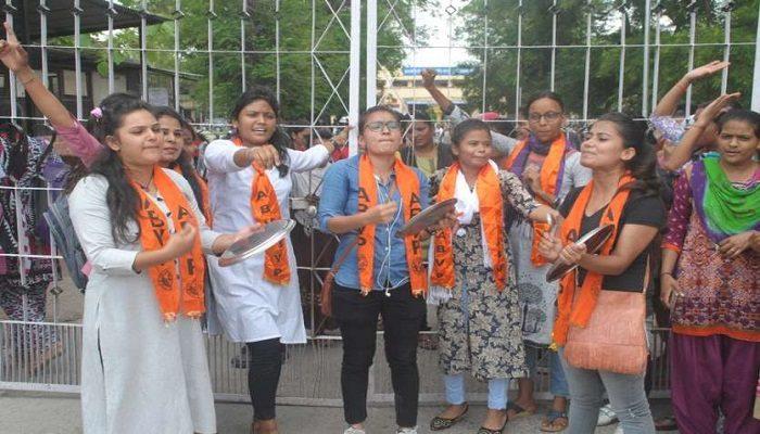 प्रधानमंत्री की अपील पर लोगों ने अपने घर की खिड़ियों से थाली,ताली और शंख बजा कर किया आभार व्यक्त