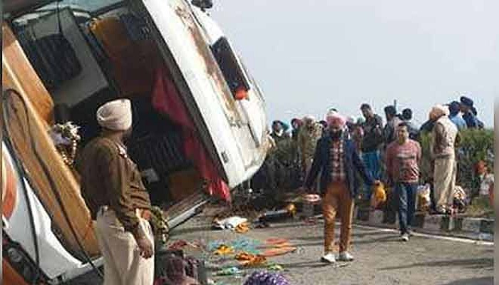 पंजाब 4 जम्मू से अमृतसर की तरफ जा रही टूरिस्ट बस गुरदासपुर में धारीवाल के खुंडा बाईपास पर पलटी, 1 की मौत, 18 घायल