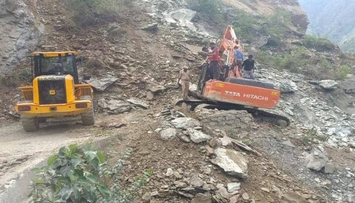 बदरीनाथ हाईवे बयासी के पास पहाड़ी से मलबा आने के कारण बंद हुआ बदरीनाथ हाईव मार्ग