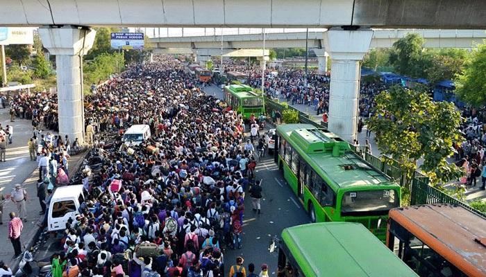भीड़ ग्रेटर नोएडा, दिल्ली, गाजियाबाद से पैदल चलकर आए सैकड़ों मजदूर