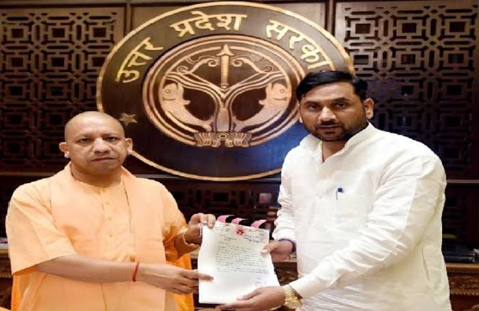 मेरठ 2 कोरोना से लड़ने के लिए बीजेपी के मेरठ दक्षिण विधायक सोमेंद्र तोमर ने अपने 1 महीने के वेतन को सुरक्षा कोष में दिया