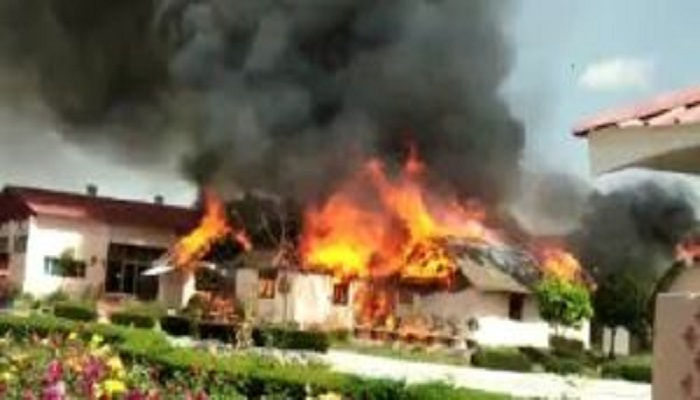 राम देव उत्तराखंड के औरंगाबाद स्थित पतंजलि योगग्राम में लगी भीषण आग, 20 झोपड़ियों जलकर खाक