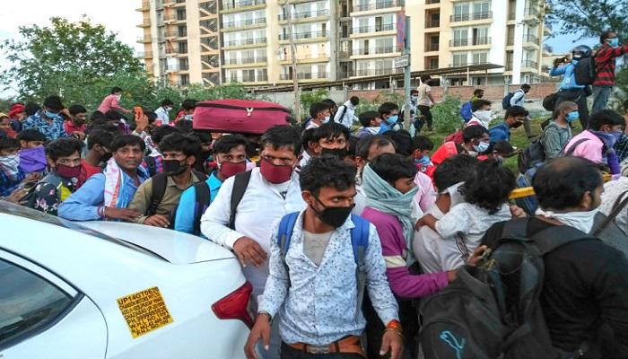 लखनऊ 2 लखनऊ के चारबाग और कैसरबाग बस अड्डे पर बिना मेडिकल जांच पहुंची हजारों की भीड़