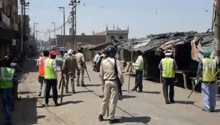 अलीगढ़ उत्तर प्रदेश के अलीगढ़ में लॉकडाउन के दौरान सब्जी का बाजार हटवाने गई पुलिस पर सब्जी विक्रेताओं ने किया हमला