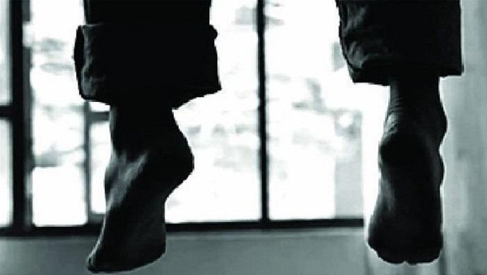आत्म हत्या लॉकडाउन के चलते माइके में फंसी पत्नी तो पति ने लगाई वॉशरूम में जाकर फांसी