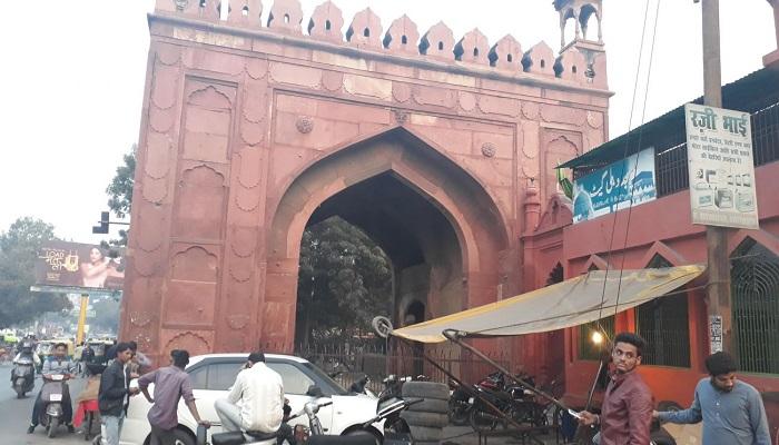 दिल्ली गेट दिल्ली गेट पर जली कोठी में कोरोना से संक्रमित मरीजों की पुष्टि के बाद सील करने गई स्वास्थ्य विभाग की टीम और पुलिस पर पथराव