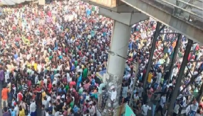 मुंबई में लॉकडाउन का भारी उल्लंघन, बांद्रा स्टेशन पर सैकड़ों मजदूर हुए जमा
