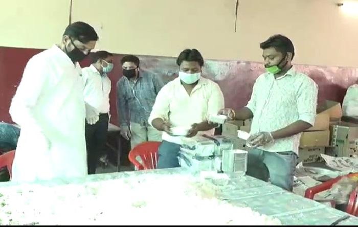 मेरठ.jpg 2.jpg 3 दक्षिण मेरठ विधायक सोमेंद्र तौमर ने शुरू की मोदी-योगी रसोई, 5000 लोगों को मिल रहा शुद्ध भोजन