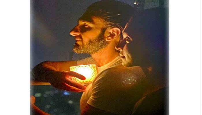 प्रधानमंत्री नरेंद्र मोदी के आह्वान पर देश भर के लोग और इन बॉलीवुड सितारों ने दिए जलाए