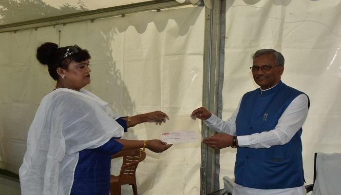 कोविड-19 के दृष्टिगत मैडम रजनी रावत ने मुख्यमंत्री राहत कोष में 11 लाख रुपए का चेक सीएम रावत को सौंपा