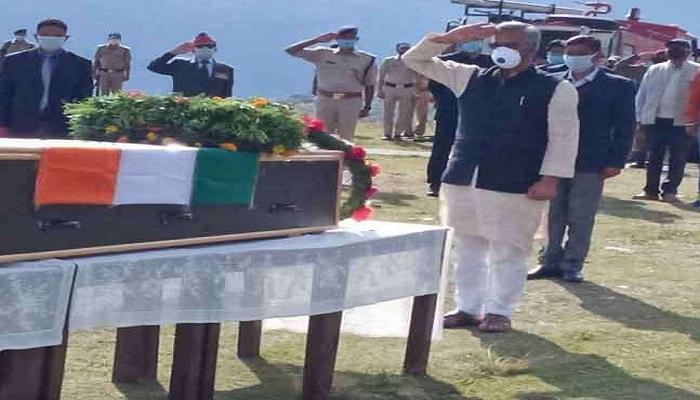 सीएम रावत 2 1 सीएम रावत ने जम्मू-कश्मीर में घुसपैठियों के मंसूबों को नाकाम करते हुए शहीद हुए जवान को दी श्रद्धांजलि