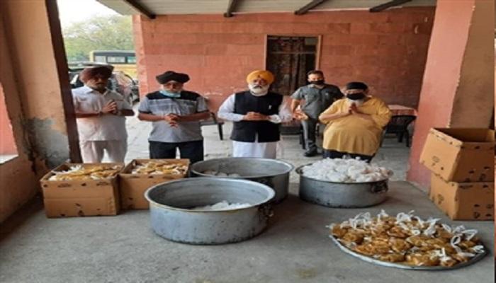 सोफिया गुरुद्वारा गुरु सिंह सभा थापरनगर में सोफिया गर्ल्स स्कूल की प्रधानाचार्य ने मत्था टेका, लंगर के लिए राशन सामग्री अरदास की