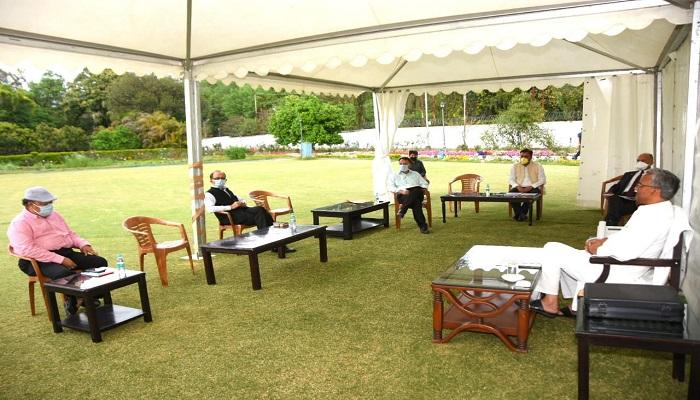 cm rawat सीएम रावत ने मुख्यमंत्री आवास में शासन के उच्चाधिकारियों से कोविड - 19 के सम्बन्ध में अध्यतन जानकारी ली