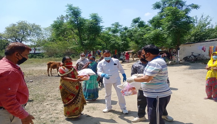 रामलीला कमेटी मेरठ छावनी में सोशल डिस्टेंसिंग का ध्यान रखते हुए खाद्य सामग्री का वितरण किया गया