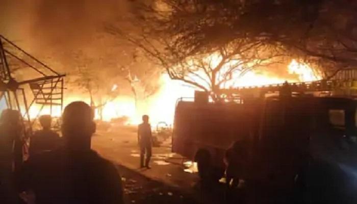 तुगलाकाबाद दिल्ली के तुगलकाबाद इलाके में लगी भीषण आग, करीब 1500 झुग्गियां जलकर राख