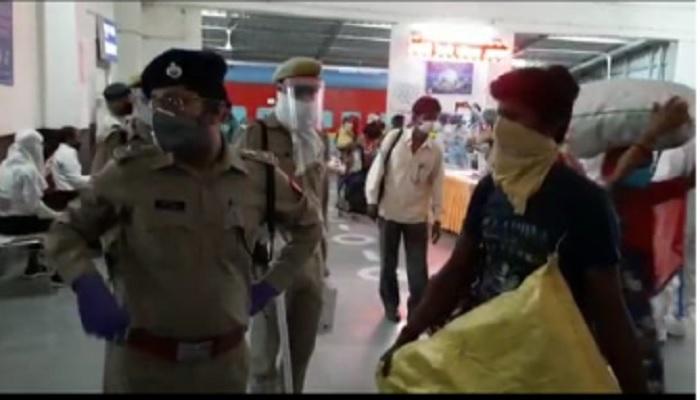 hardoi 12 अंबाला से 1288 श्रमिकों को लेकर पहुंची हरदोई स्पेशल ट्रेन, 12 मिले संदिग्ध को कोरोना टेस्ट के लिए भेजा गया जिला अस्पताल..