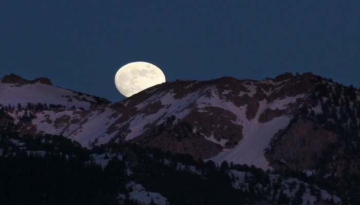 moon 2 हमारे सौरमंडल के किस ग्रह के पास हैं सबसे ज्यादा चंद्रमा ? क्या आप जानतें हैं?