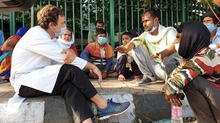 rahul 1 मजबूर मजदूरों की मदद के लिए सड़कों पर उतरे राहुल गांधी, पैदल चल रहे मजदूरों की ऐसे कर रहे मदद..