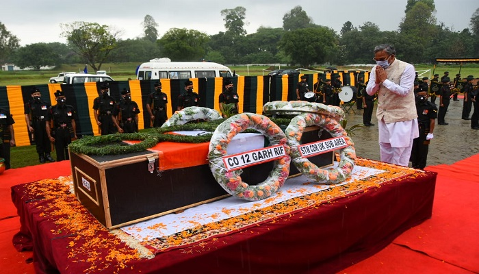 cm rawat 7 सीएम रावत ने गढ़वाल राइफल के जवान सुरेन्द्र सिंह नेगी के पार्थिव शरीर को श्रद्धांजलि दी