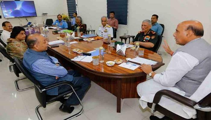 रक्षा मंत्री राजनाथ सिंह ने की तीनों सेना के प्रमुखों के साथ बैठक, कहा पत्थर का जवाब ईंट सो देम सेना