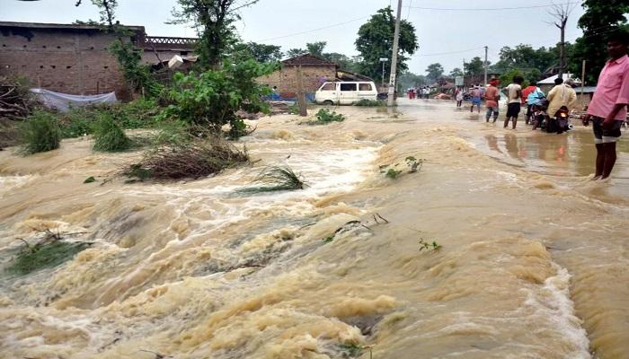 bihar 3 बिहार में बारिश के कारण बने बाढ़ के गंभीर हालात, टूटे सात बांध