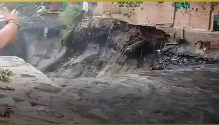 दिल्ली में राहत की जगह आफत बनकर बरसी बारिश, पानी के बहाव में 10 घर बहे