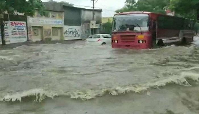 gujarat 1 गुजरात में बारिश का कहर जारी, बाढ़ जैसे हालात, इन राज्यों में भी मंडरा रहा खतरा