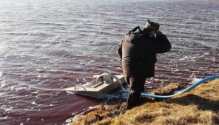 oil 1 रूस की झील में तेल के लीक होने से मचा बवाल..