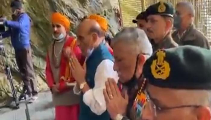rajnath 1 जम्मू-कश्मीर पहुंचकर रक्षामंत्री राजनाथ ने किए बाबा बर्फानी के दर्शन, ट्विट कर कही ये बात