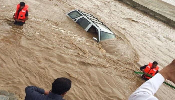 saudi 1 बाढ़ में डूब गया रेगिस्तान, सउदी अरब में बारिश की तबाही आपको हैरान कर देगी..