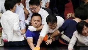 taiwan 1 नेताओं और सासंदों के बीच जमकर कर हुई मारपीट, कई घायल..