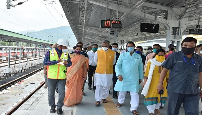 trivender 1 3 मुख्यमंत्री श्री त्रिवेन्द्र सिंह रावत ने ऋषिकेश-कर्णप्रयाग रेल परियोजना का स्थलीय निरीक्षण किया