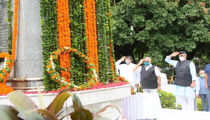 शौर्य दिवस पर मुख्यमंत्री श्री त्रिवेन्द्र सिंह रावत ने शहीदों को दी श्रद्धांजलि..