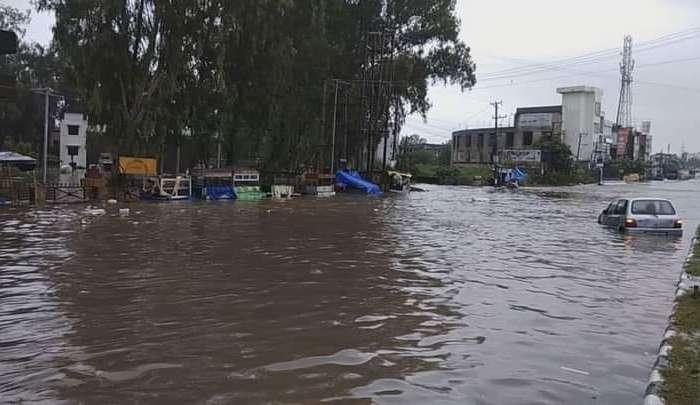 बारिश के पानी से सड़कों पर कई वाहन फंसे