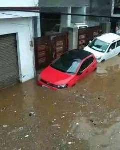 flood in area vehicles बारिश के पानी से सड़कों पर कई वाहन फंसे