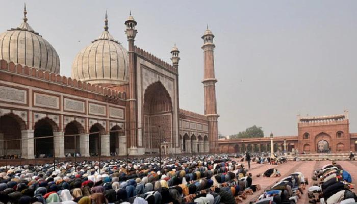 jama masjid देशभर में मनाया जा रहा बक़रीद का त्योहार, लोगों ने जामा मस्जिद में ऐसे अदा की नमाज