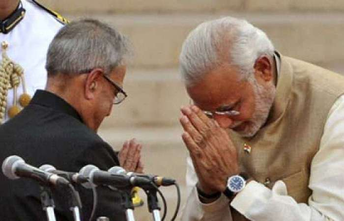 मोदी ने प्रणब मुखर्जी के पैर छूते हुये तश्वीर शेयर की तो राहुल बोले, हमारे नेता चले गये
