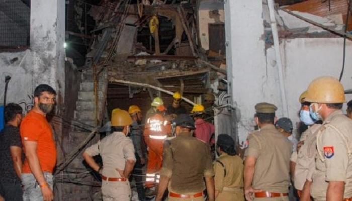 noida नोएडा में फैक्ट्री की इमारत गिरने से हादसा, कई लोग दबे, 2 की मौत