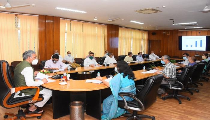 rawat 1 सीएम रावत ने में उरेडा द्वारा संचालित योजनाओं की समीक्षा की..