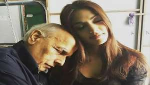 riya 2 1 सीबीआई जांच से पहले रिया और महेश भट्ट के रिश्ते को बयां करती चैट हुई वायरल, जानिए कैसे थे रिश्ते..