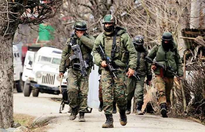काश्मीर में मुठभेड़, हिजबुल के तीन आतंकी ढेर, अफसर घायल