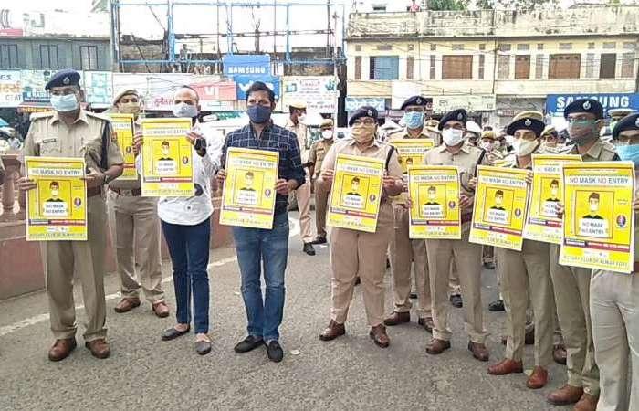 अलवर पुलिस ने किया पोस्टर विमोचन एवं फ्लैग मार्च, कोविड-19 महामारी की गाइडलाइन की पालना हेतू एसपी ने कि आमजन से अपील