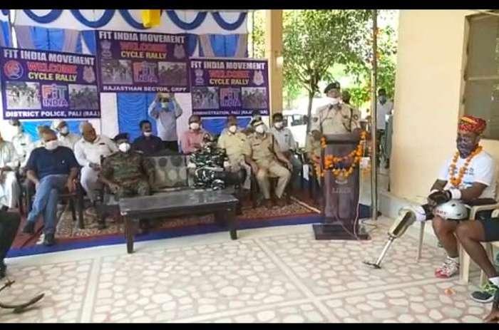 फिट इंडिया पैरा साईकिलिंग अभियान के तहत जागरूक रैली निकाल रहे CRPF के दिव्यांग जवानो का चण्डावल मे किया स्वागत।