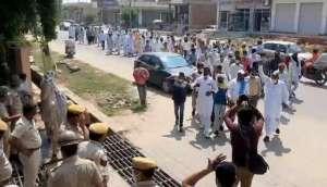 a2 घर लौट रहे बाइक सवार की युवक की हत्या के मामले में आरोपियों की गिरफ्तारी नहीं होने पर ग्रामीणों ने एसपी कार्यालय पर किया प्रदर्शन