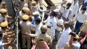 a3 घर लौट रहे बाइक सवार की युवक की हत्या के मामले में आरोपियों की गिरफ्तारी नहीं होने पर ग्रामीणों ने एसपी कार्यालय पर किया प्रदर्शन