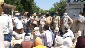 a4 घर लौट रहे बाइक सवार की युवक की हत्या के मामले में आरोपियों की गिरफ्तारी नहीं होने पर ग्रामीणों ने एसपी कार्यालय पर किया प्रदर्शन