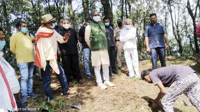 cm trivendra rawat गजब का नजारा: अरे वो देखो, मुख्यमंत्री जी हमारे बीच धान काट रहे हैं