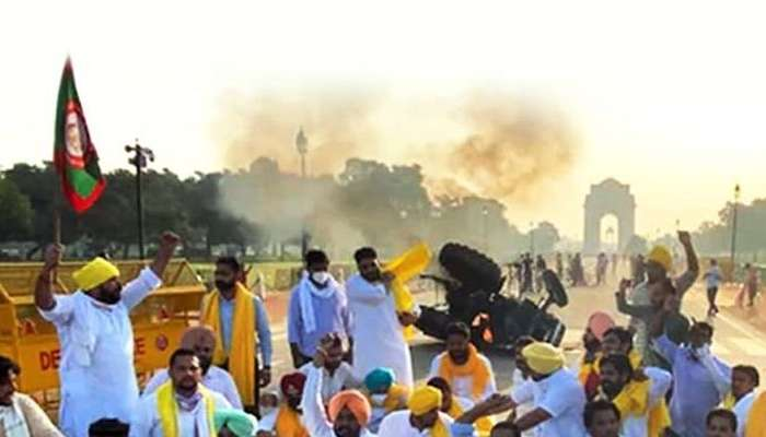 किसान बिल के विरोध में इंडिया गेट पर ट्रैक्टर को किया आग के हवाले