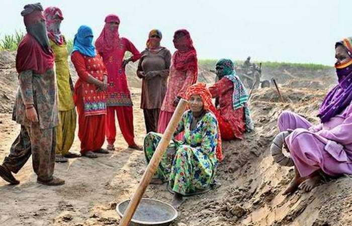 पाकिस्तान से सटे जम्मू-काश्मीर के गांवों में मनरेगा बना वरदान